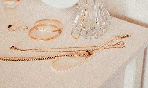 Offrir un bijou à une femme : Quelle signification ?