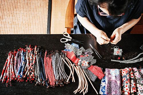3 DIY pour fabriquer des bijoux avec des matériaux de récupération