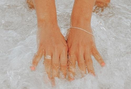 bijoux dans l'eau